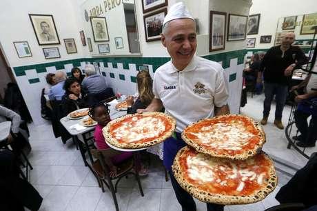 A festa em Nápoles promete ser animada: pizzarias vão distribuir gratuitamente fatias para as pessoas.