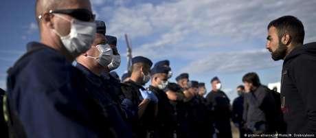 Policiais húngaros em centro temporário para migrantes em Roszke, na Hungria, em foto de 2015