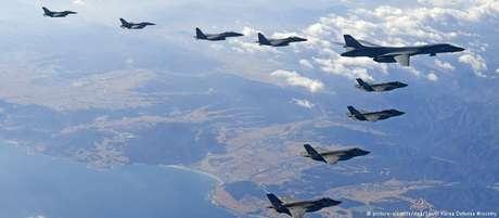 Bombardeiro B1-B acompanhado de outras aeronaves participa de manobras militares na Coreia do Sul