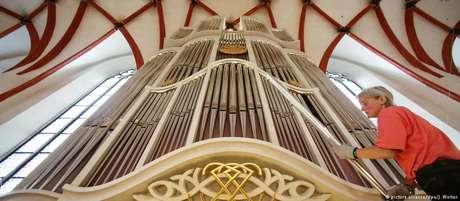 Organista faz limpeza do Órgão de Bach na Igreja de São Tomás, em Leipzig
