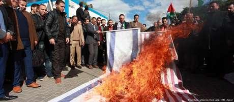 Em Gaza, manifestantes queimam bandeiras dos EUA e de Israel
