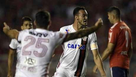 Réver fez de cabeça o gol do Flamengo na partida de ida contra o Independiente (Foto: AFP)
