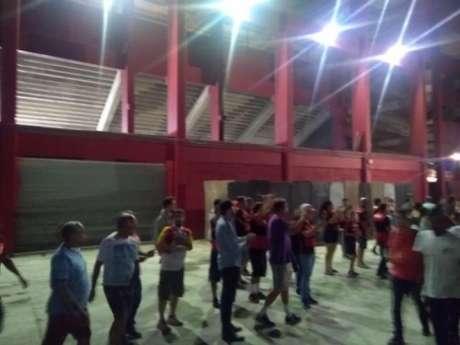 Torcedores do Flamengo aplaudiram os jogadores após o jogo e pediram o título