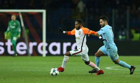 Fred é marcado por Gündogan na vitória do Shakhtar sobre o Manchester City (Foto: Stanislas Vedmid / AFP)