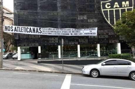 Torcedoras do Atlético faz manifestação de apoio ao atacante Robinho (Foto: Reprodução Twitter)