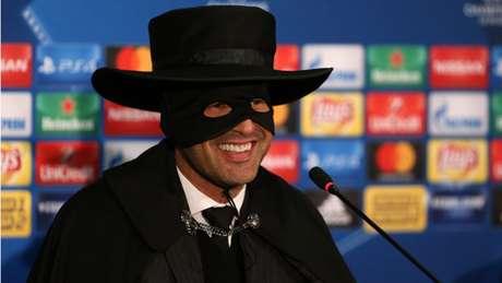 Paulo Fonseca se vestiu de Zorro depois da classificação do Shakhtar (Foto: AFP)