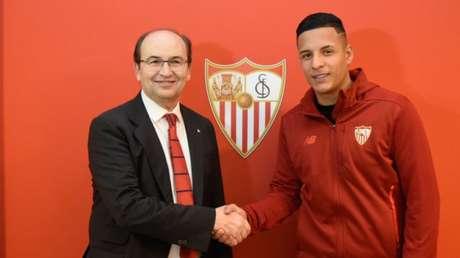 Arana já posou com a camisa do Sevilla (Foto: Divulgação)