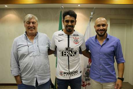 Júnior Dutra posa com dirigentes do Corinthians após assinar contrato de dois anos (Agência Corinthians)