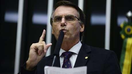 Jair Bolsonaro (PSC-RJ) discursa na tribuna da Câmara, em abril de 2016 | foto: Nilson Bastian / Câmara dos Deputados