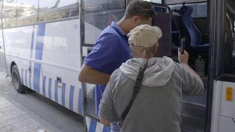 Giles pega ônibus para visitar o Muro das Lamentações, em Jerusalém