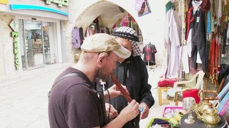 'Parece muito autêntico', afirma Giles em visita a mercado