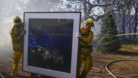 Até quarta-feira, 12 mil casas e prédios estavam sob a ameaça do fogo, segundo o Corpo de Bombeiros da Califórnia