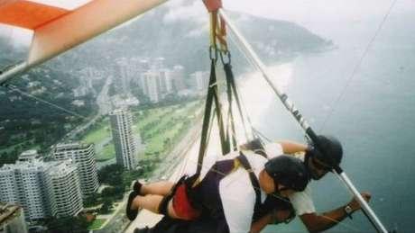 Aventuras de Giles incluem voo de asa-delta sobre a praia de São Conrado, no Rio de Janeiro, em 2004