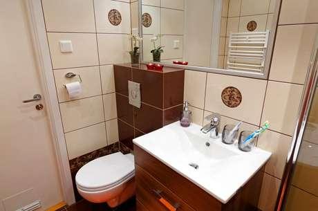 Banheiros pequenos pedem organização para ganhar mais espaço
