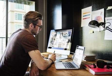 Escrivaninha arrumada ajuda a manter ritmo de trabalho organizado