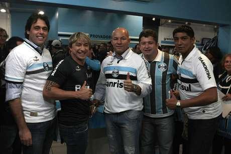Grêmio reúne ídolos para comemorar os 17 anos da conquista do bi da Copa Libertadores da América. Na foto, (da esquerda para a direita): os ex-jogadores Danrlei, Paulo Nunes, Dinho, Carlos Miguel e Jardel participam de sessão de autógrafos.