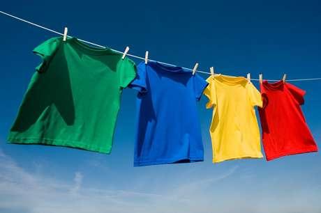 Lavar as roupas por cor e modelo pode ajudar muito na hora de preservar as peças