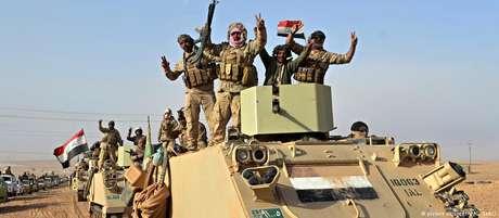 Soldados iraquianos comemoram vitória contra jihadistas do EI em Rawa