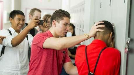 Como diferenciar entre pequenas gozações na escola e bullying - e o que fazer em cada caso