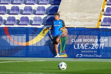 Renato Gaúcho observa treino do Grêmio