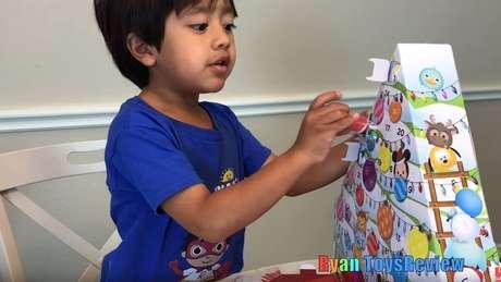 Ryan desembrulha brinquedos, mas também realiza atividades didáticas e experimentos científicos em seus vídeos | Foto: Reprodução/YouTube/Ryan ToysReview