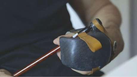 Com adaptador, Serafim consegue segurar pincel e ter estabilidade no traço