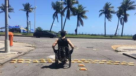 No caminho para a praia, Ronaldo Serafim precisa ir boa parte do trajeto pela rua por causa da falta de espaço nas calçadas