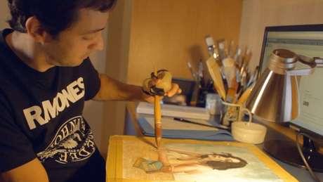Serafim moldou adaptador para conseguir segurar pincel e descobriu nova paixão | Foto: Arquivo Pessoal