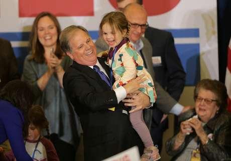 Candidato democrata ao Senado dos Estados Unidos Doug Jones celebra noite de eleição com partidários e familiares em Birmingham, Alabama 12/12/2017  REUTERS/Marvin Gentry