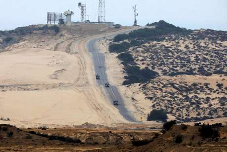Veículos militares israelenses são vistos na fronteira entre Israel e Gaza 25/01/2017 REUTERS/Amir Cohen