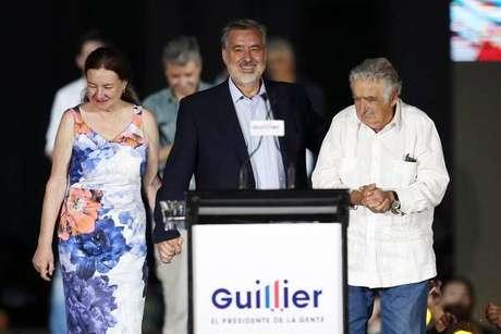 Chilenos votam em disputada eleição para escolher novo presidente