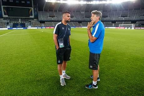Renato conversa com Maicon após último treino do Grêmio para final