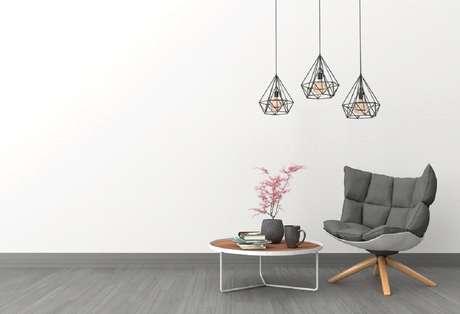 """Móveis funcionais e espaços livres ajudam a compor o estilo em que """"menos é mais"""""""
