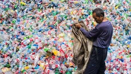 Estima-se que uma média de 10 milhões de toneladas de resíduos de plástico vão parar no mar todos os anos