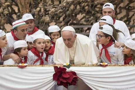 Papa comemora 81 anos e 'apaga velinhas' em pizza gigante