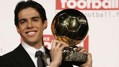 A temporada fantástica rendeu a Kaká o prêmio de Melhor do Mundo da Fifa no ano de 2007. O meia deixou para trás os craques Lionel Messi e Cristiano Ronaldo.