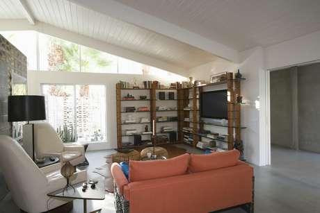 Estantes são versáteis e podem compor a decoração de diversos ambientes