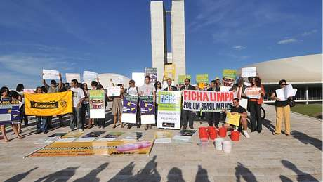 Em foto de 2010, manifestantes favoráveis ao projeto da Ficha Limpa mostram cartazes em Brasília | Foto: José Cruz/ABr