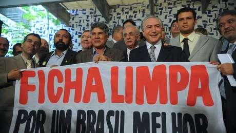 Em foto de 2010, Michel Temer, então presidente da Câmara, recebe manifestantes favoráveis à lei da Ficha Limpa | Foto: Antonio Cruz/ABr
