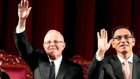 O primeiro vice-presidente do Peru, Martín Vizcarra (à direita), deve assumir a Presidência em caso de afastamento de PPK