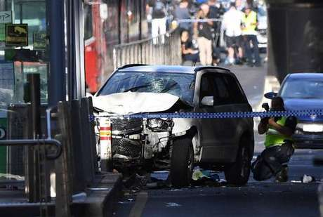 Polícia prende 2 pessoas por atropelamento em Melbourne