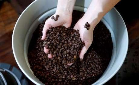 Funcionária posa com grãos de café torrados em torrefadora em Berlim, Alemanha  5/5/2017  REUTERS/Fabrizio Bensch