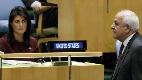 Riyad Mansour, observador para a Palestina na ONU, caminha em frente a Nikki Haley, representante dos EUA