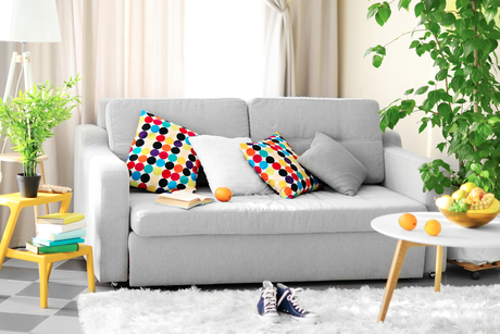 Plantas, almofadas coloridas e um pouco de cor em tons básicos deixam a casa muito mais alegre