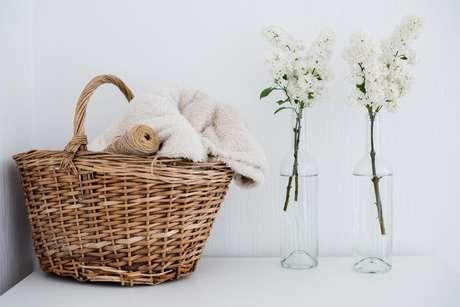 Cestas de palha ou vime podem ser usadas em cima de armários ou bancadas, para ajudar na organização do banheiro