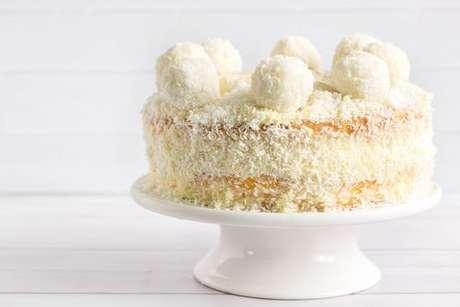 Boleira com bolo de abacaxi com coco