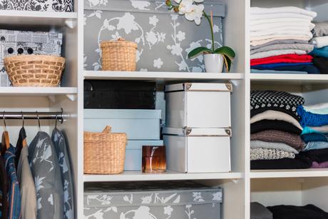 Caixas e cestos ajudam a manter o armário mais organizado