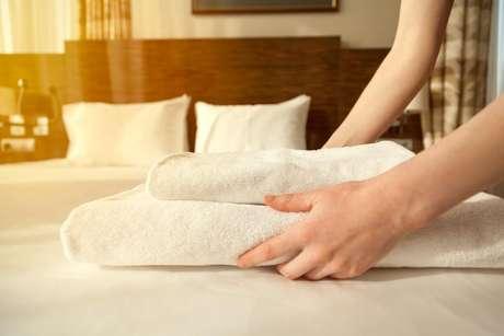 Deixar roupas de banho limpas em cima da cama é uma maneira de fazer seu hóspede se sentir bem-vindo