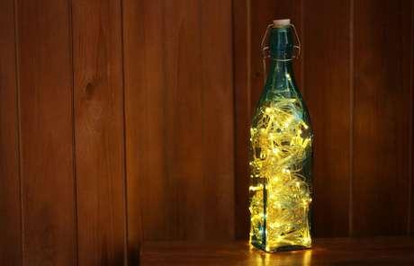 Luminária de garrafa feita em casa fica divertida e funcional