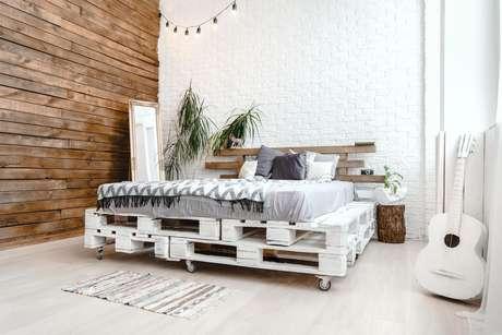 Pallets podem ser usados como base para uma cama estilosa